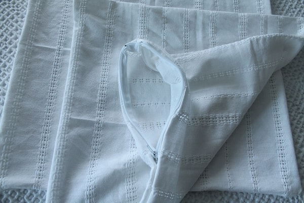 white-pillow-cover-with-zipper